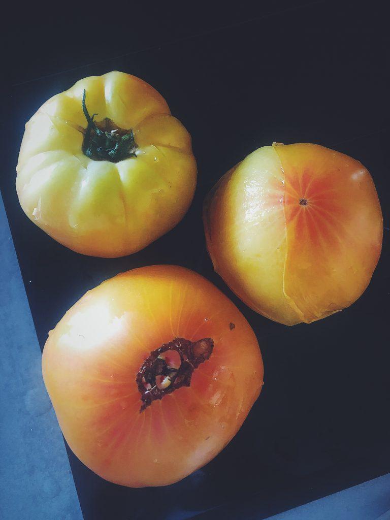 Jak obrać pomidora ze skórki - pomidor po wyjęciu z wrzątku