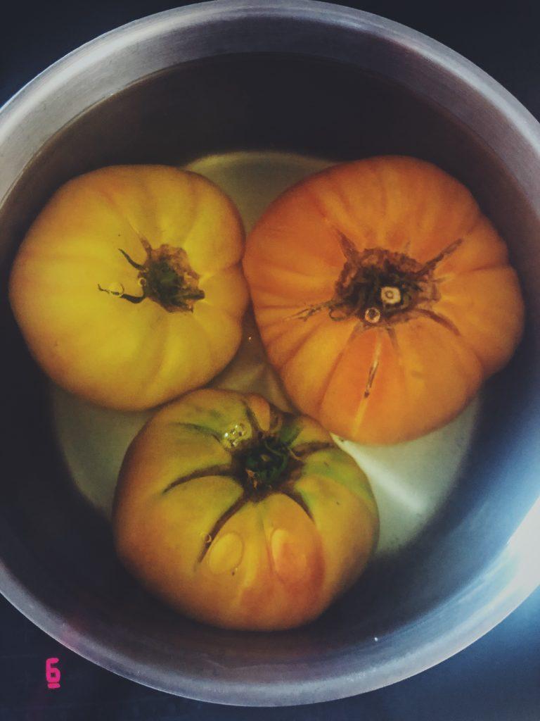 Jak obrać pomidora ze skórki - pomidory zanurzone we wrzątku