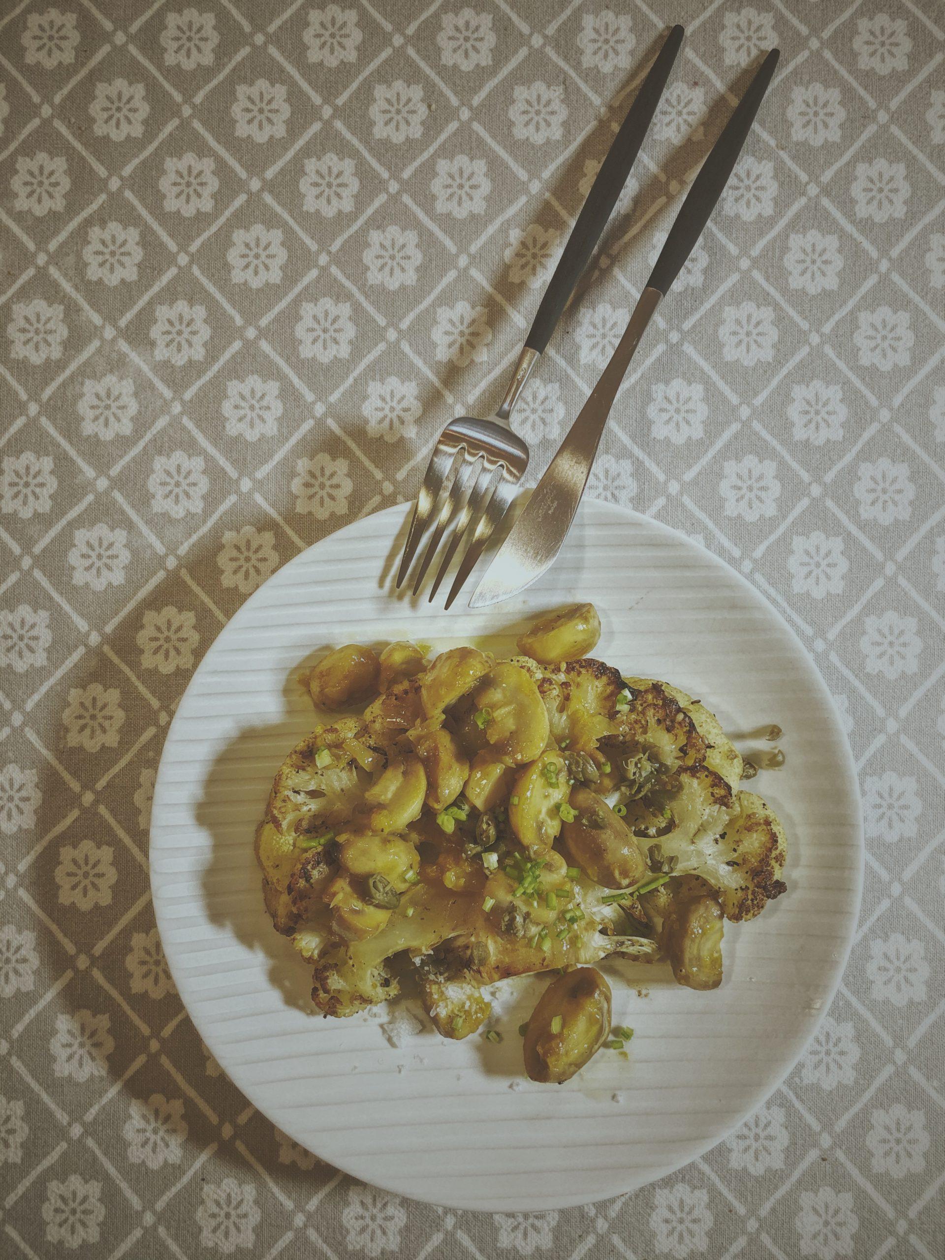 Kalafior pieczony, pieczarki, mandarynka